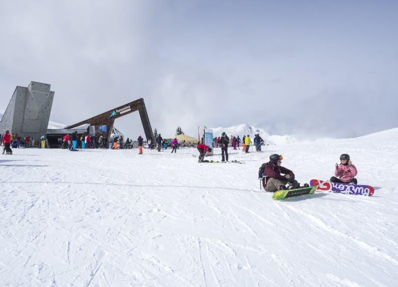 Zell Jest Widzii, AUSTRIA, Marzec 14, 2019: Grupa narciarki przed panoramiczną restauracją na wierzchołku Smittenhohe zdjęcia royalty free