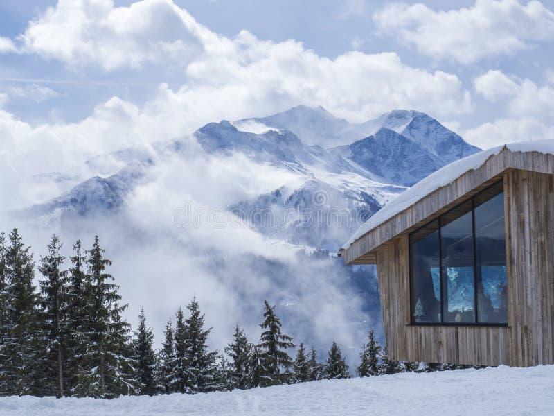 Zell sono vede, l'AUSTRIA, il 14 marzo 2019: vista sul ristorante di legno moderno del cottage sulla cima della montagna di Smitt immagini stock