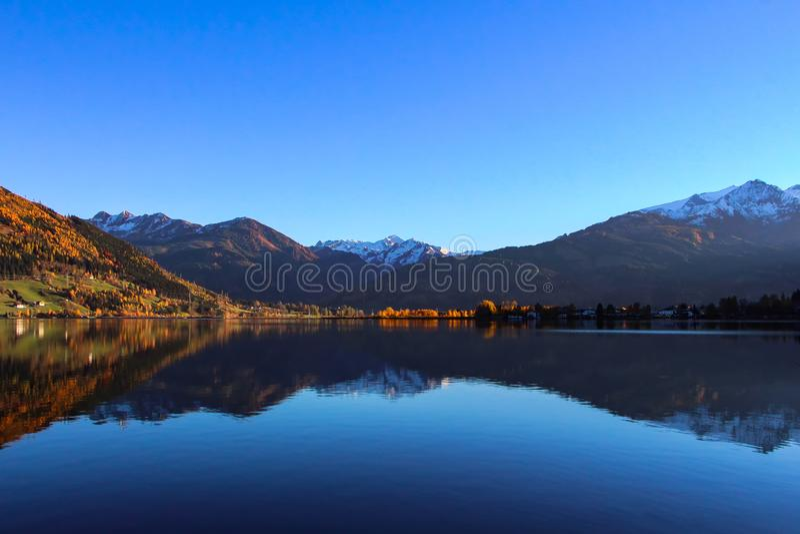 Zell suis voient le lac avec le ciel bleu images libres de droits