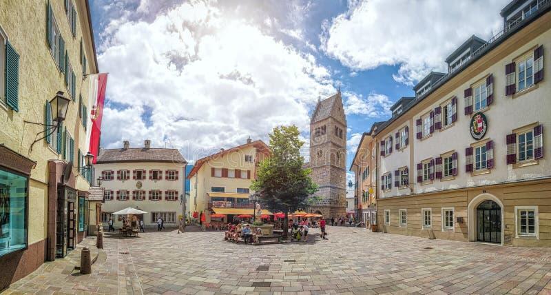 Zell am vê a praça da cidade com igreja, terra de Salzburger, Áustria fotografia de stock