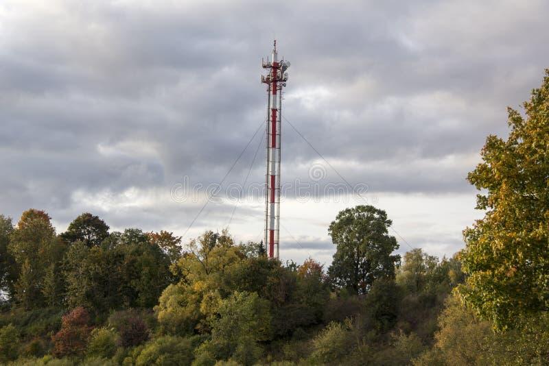 Zelluläre Türme der Antenne und des Handys auf einer Bergspitze auf einem klaren dayin Herbst stockfoto