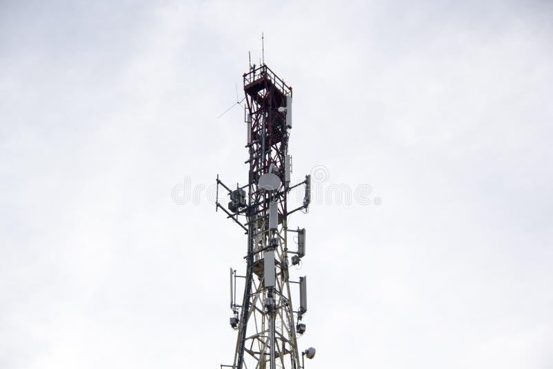 Zelluläre Türme der Antenne und des Handys auf einer Bergspitze auf einem klaren dayin Herbst stockbilder