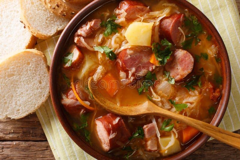 Zelnacka tradicional checo de la sopa de la chucrut con clos de las salchichas fotografía de archivo