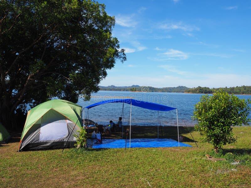 Zelt, das entlang dem Fluss kampiert lizenzfreie stockfotografie