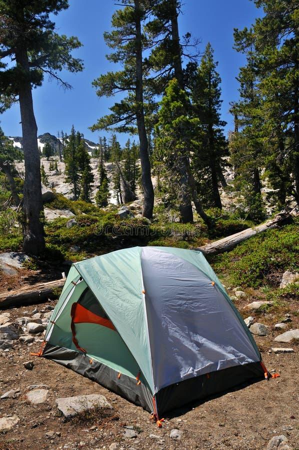 Zelt in der Wildnis stockbild