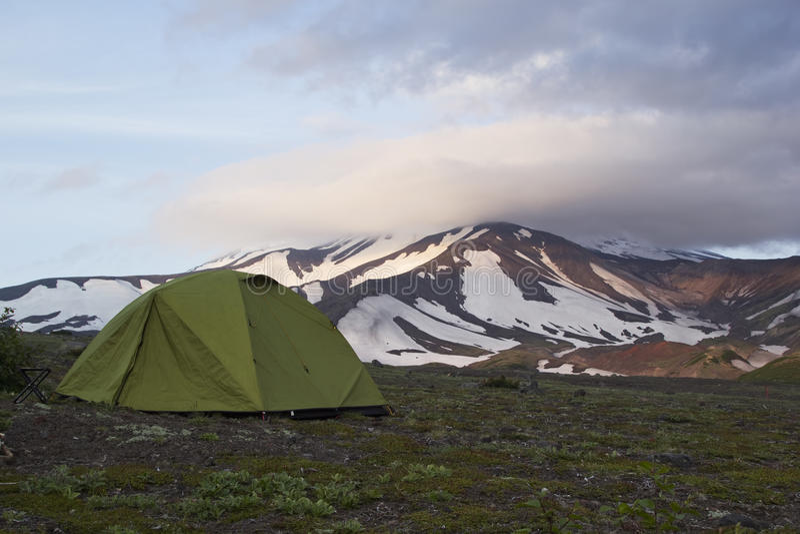 Zelt gründete am Fuß des Vulkans, Kamchatka, Russland lizenzfreies stockbild