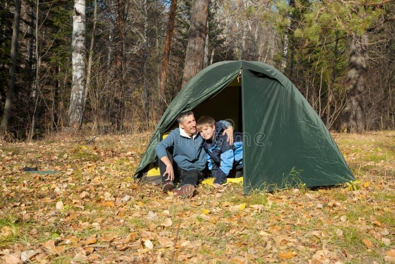 Zelt im Herbstwald stockbild