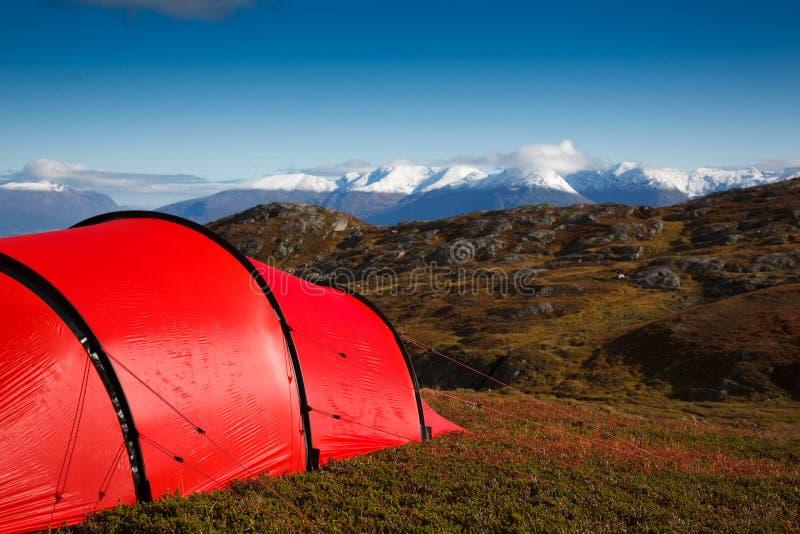 Zelt im mountaineous Gelände lizenzfreie stockfotos