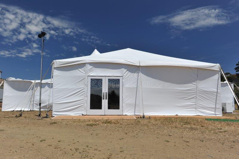 Zelt mit Glastüren auf einem Gebiet stockbild