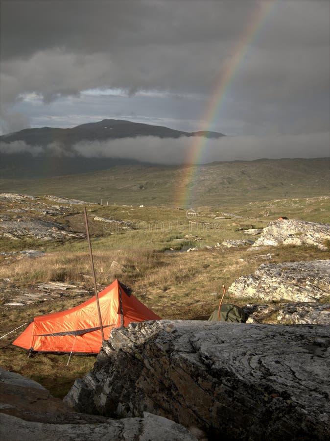 Zelt und Regenbogen stockfoto
