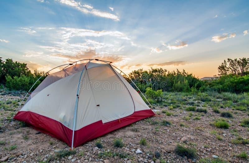 Zelt während des Sonnenaufgangs stockfotos