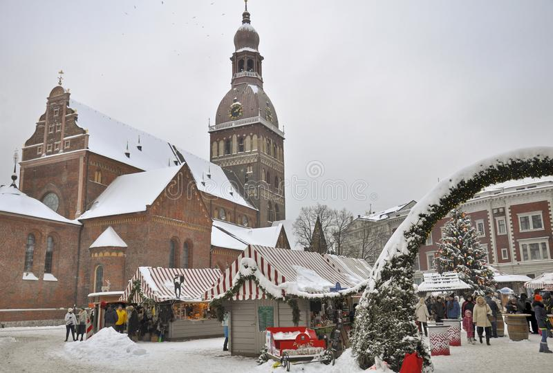 Zelte auf dem Weihnachtsmarkt, das Haubenquadrat, Riga lizenzfreie stockfotografie