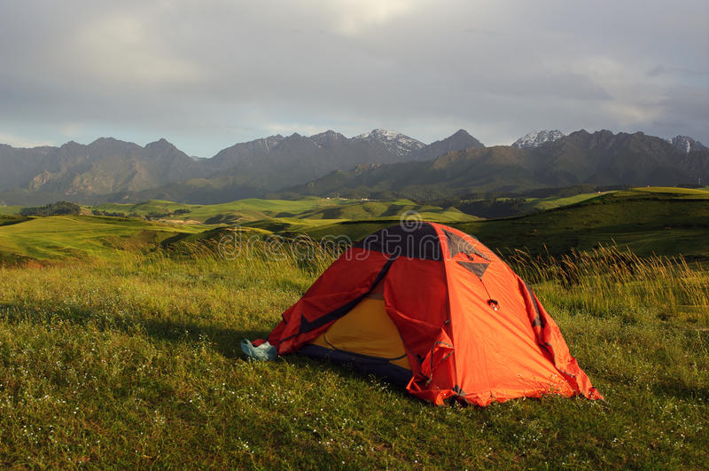Zelte auf den Wiesen lizenzfreies stockfoto