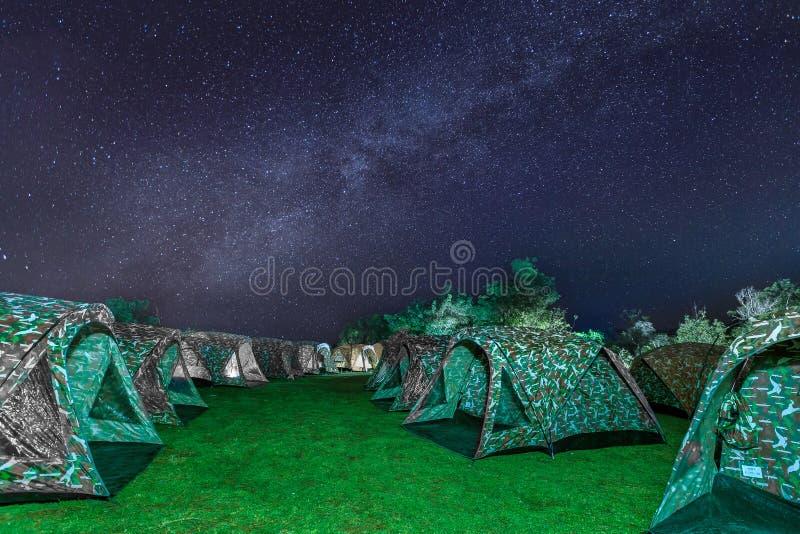 Zelte auf einem Gebirgsfeld mit dem sternenklaren nächtlichen Himmel -hoch stockfotografie