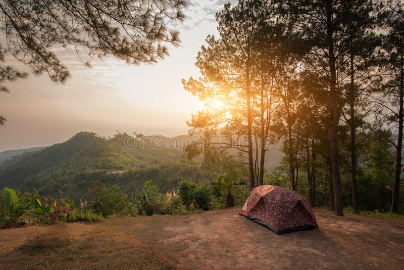 Zelte auf Hügel bei Sonnenaufgang an Nationalpark Tak, Thailand Taksin Maharach lizenzfreie stockbilder