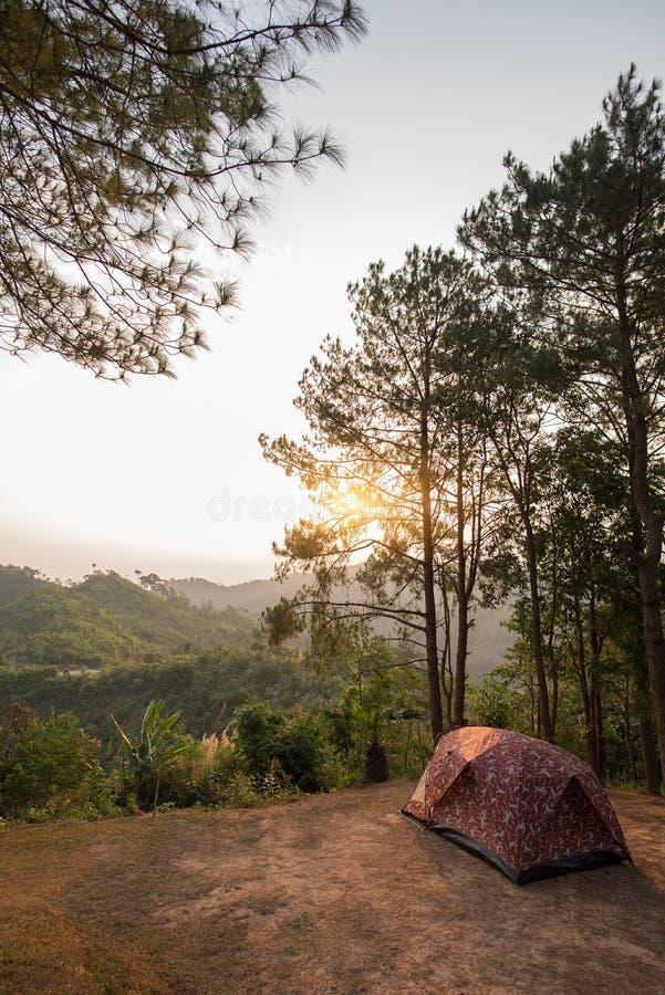 Zelte auf Hügel bei Sonnenaufgang an Nationalpark Tak, Thailand Taksin Maharach lizenzfreie stockfotografie
