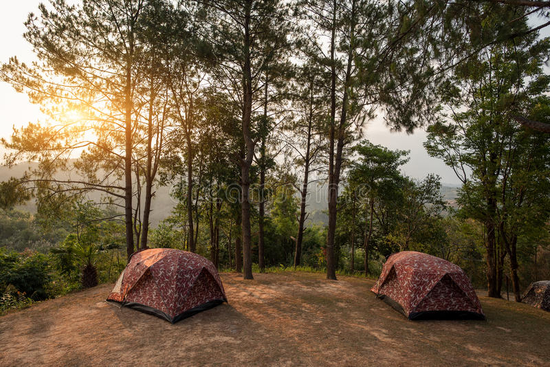 Zelte auf Hügel bei Sonnenaufgang an Nationalpark Tak, Thailand Taksin Maharach lizenzfreie stockfotos