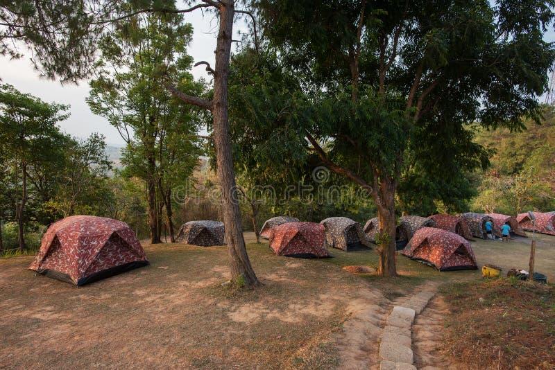 Zelte auf Hügel bei Sonnenaufgang an Nationalpark Tak, Thailand Taksin Maharach lizenzfreies stockbild