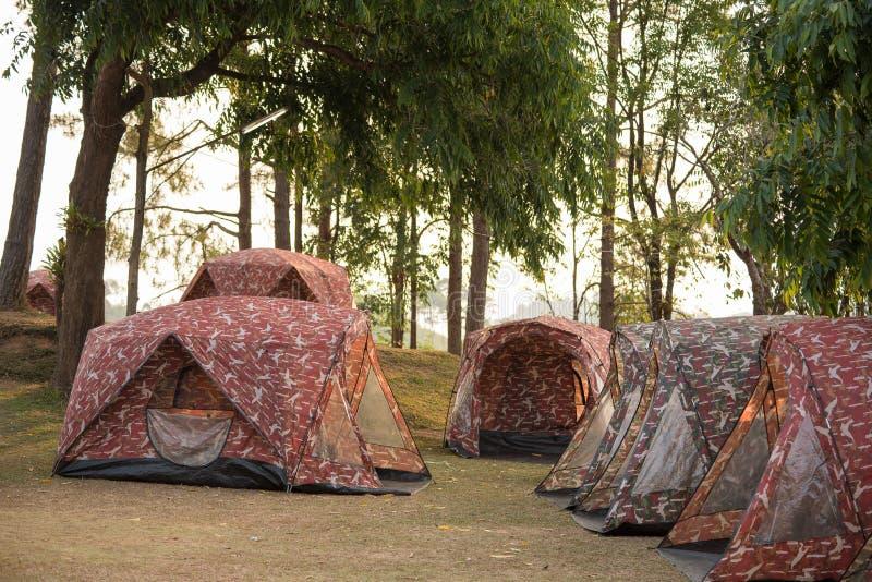 Zelte auf Hügel bei Sonnenaufgang an Nationalpark Tak, Thailand Taksin Maharach stockfoto