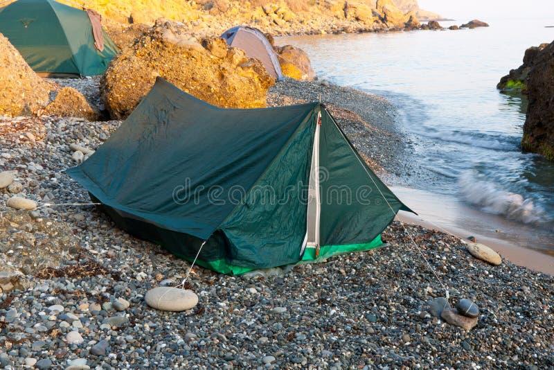 Zelte auf Schindelstrand stockfotografie