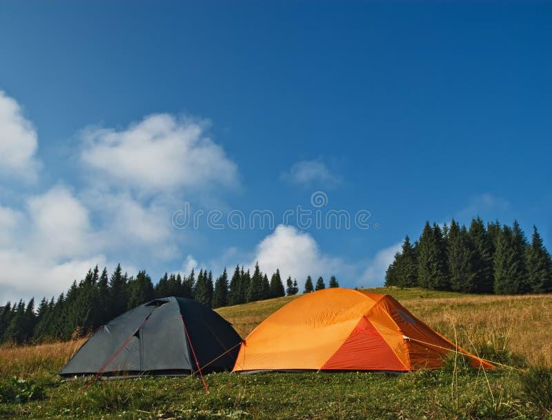 Zelte an der alpinen Wiese lizenzfreie stockbilder