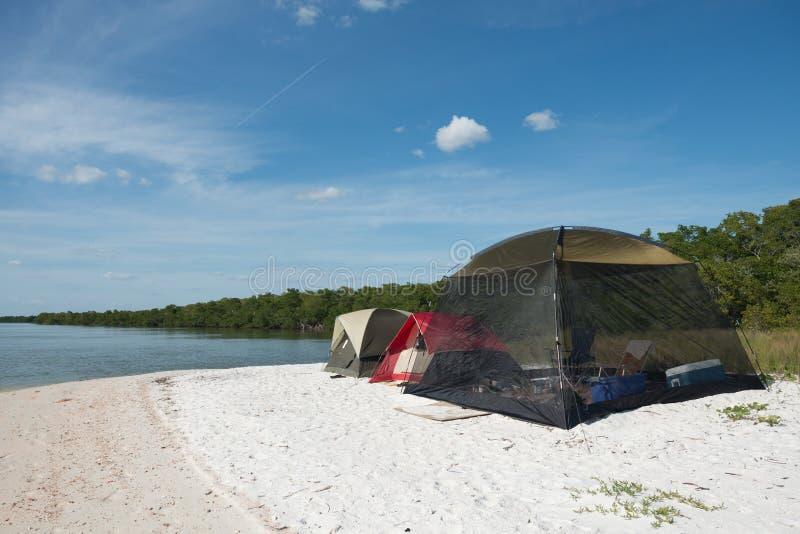 Zelte, die auf Strand kampieren stockfoto
