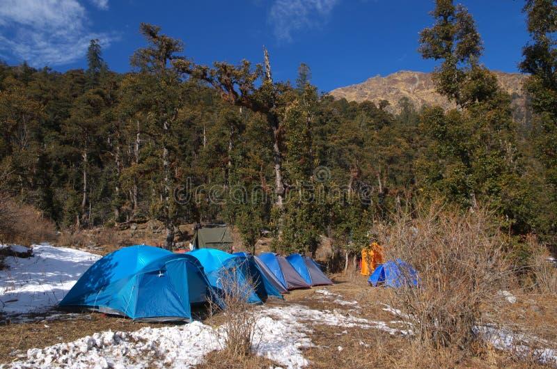 Zelte in einer Himalajalandschaft lizenzfreies stockbild