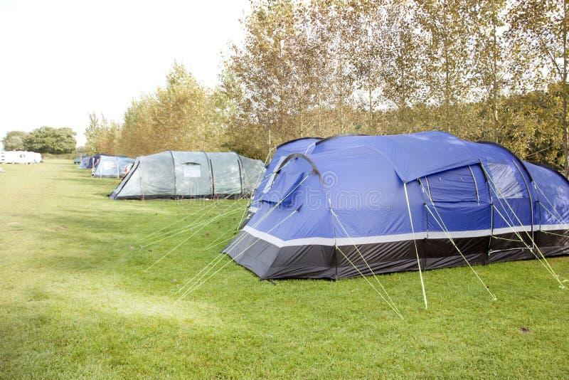 Zelte in einer Reihe auf einem Campingplatz lizenzfreie stockfotos