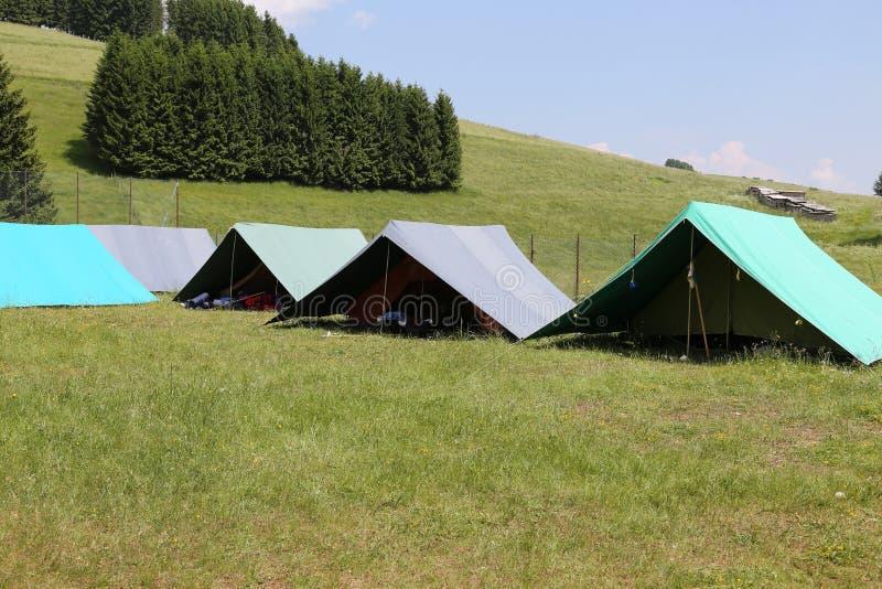Zelte eines Campingplatzes der Pfadfinder in den Bergen lizenzfreie stockfotografie