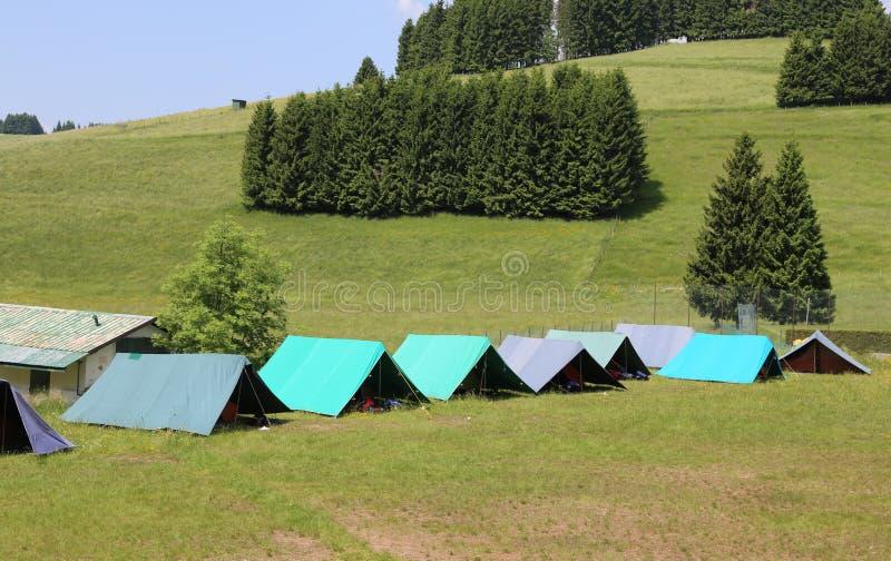 Zelte eines Campingplatzes der Pfadfinder in den Bergen stockfoto