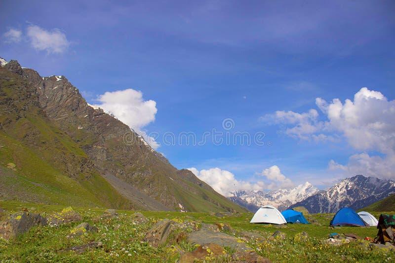 Zelte gegründet mit einem Bergblick Himachal Pradesh lizenzfreie stockbilder