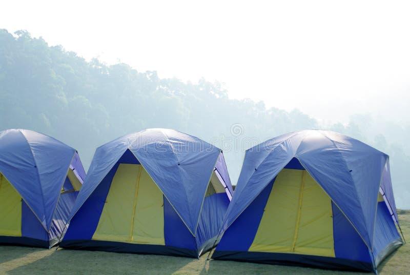 Zelte im Freien im schönen Berg lizenzfreie stockfotos