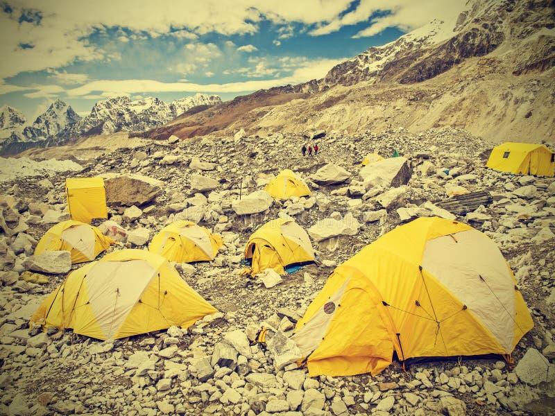 Zelte in niedrigem Lager Everest am bewölkten Tag, Nepal, Weinlese Retro- lizenzfreie stockfotos