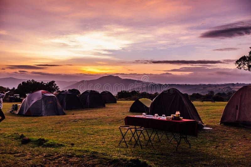 Zelte und ein Frühstückstisch stockbilder