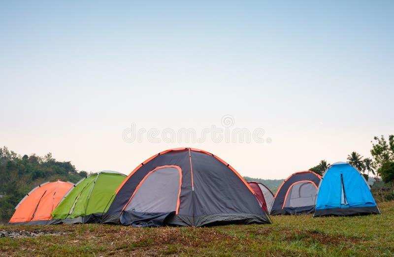 Zelte zur Campingplatzd-clip Abendzeit stockfotos