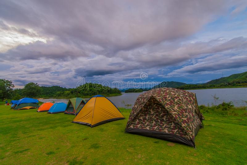 Zeltstellen entlang dem Reservoir mitten in dem Wald stockfoto