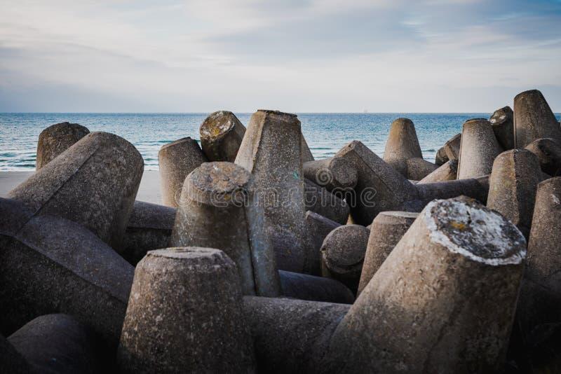 Zement blockiert das Wasser im Blick auf die Ostsee Klaipeda Hafen stockfotos