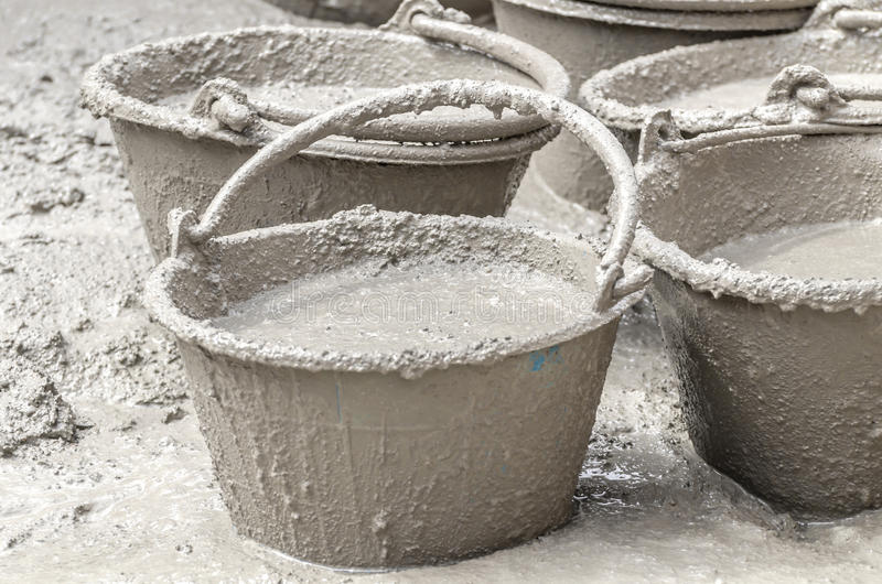 Zement, der im Plastikeimer mischt stockfoto