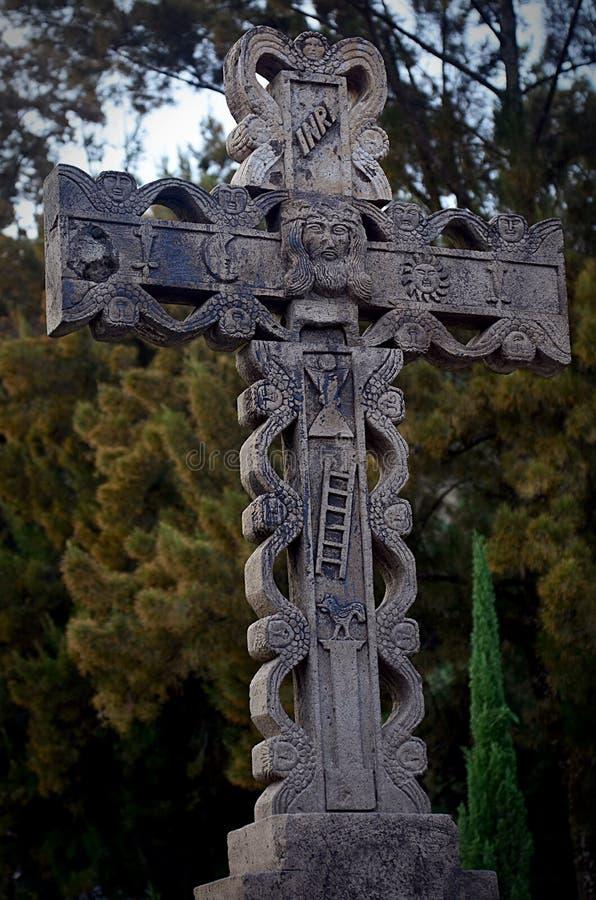 Zementkruzifix draußen lizenzfreie stockfotografie