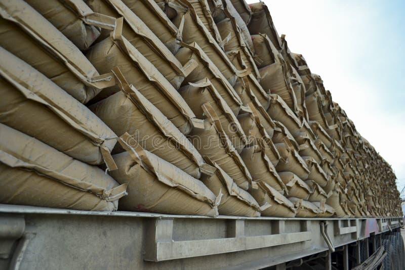 Zementlieferung mit Schiff von Jakarta zu einer anderen Insel stockbilder