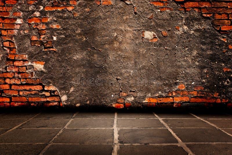 Zementputz auf Struktur des roten Backsteins der Wände, zum sie und Estrichboden nach unten zu halten. stockbild