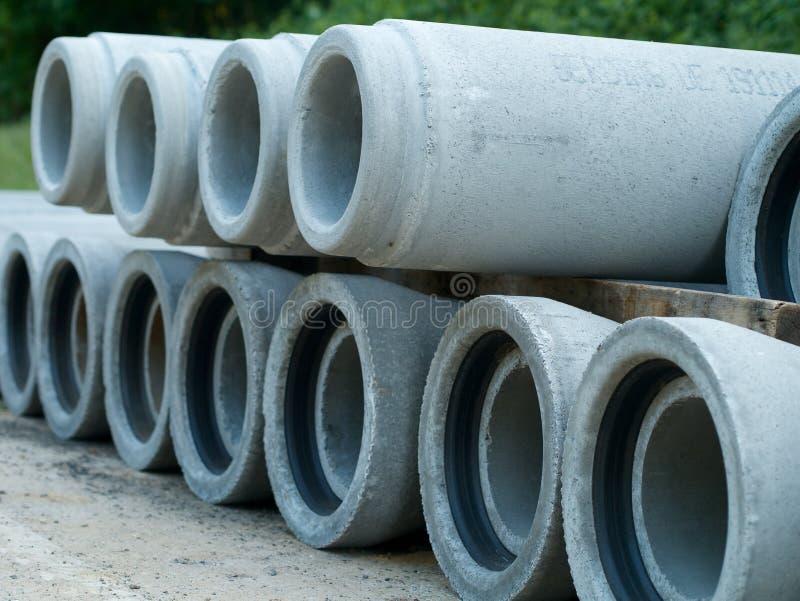 Zementrohre für Kanalisationsrehabilitation auf einander stockbilder