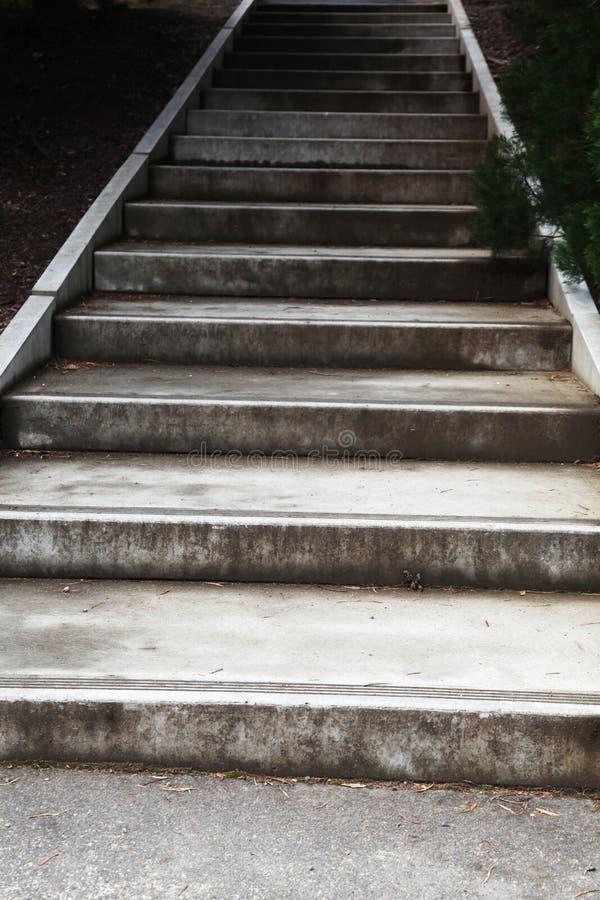 Zementtreppe, die steigt lizenzfreie stockfotografie