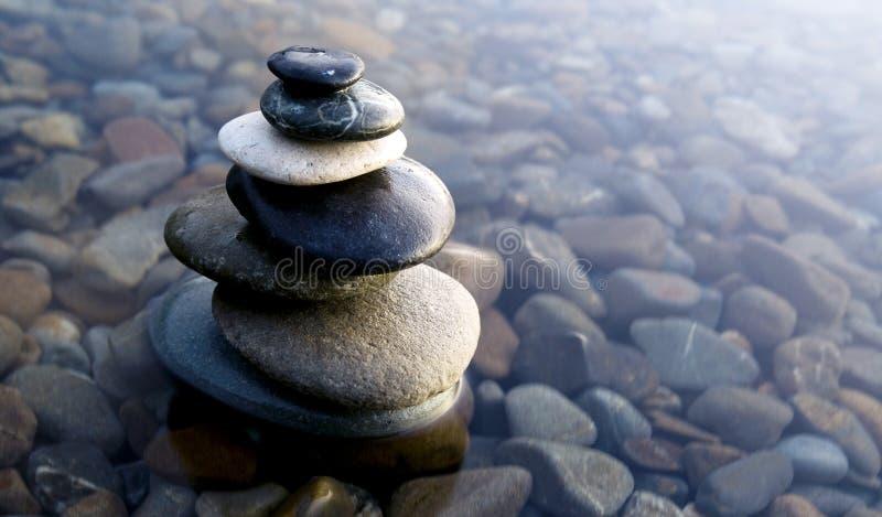 Zen Balancing Rocks Pebbles Covered vattenbegrepp arkivbild