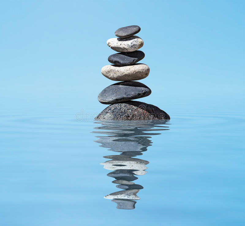 Zen balansująca kamień sterta w jezioro równowagi pokoju ciszy pojęciu fotografia royalty free
