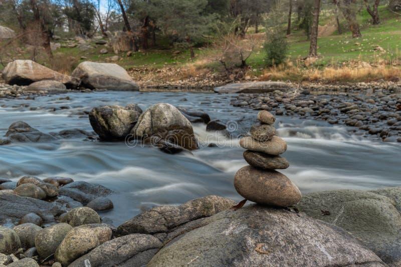 Zen brogować skały rzeką zdjęcie royalty free