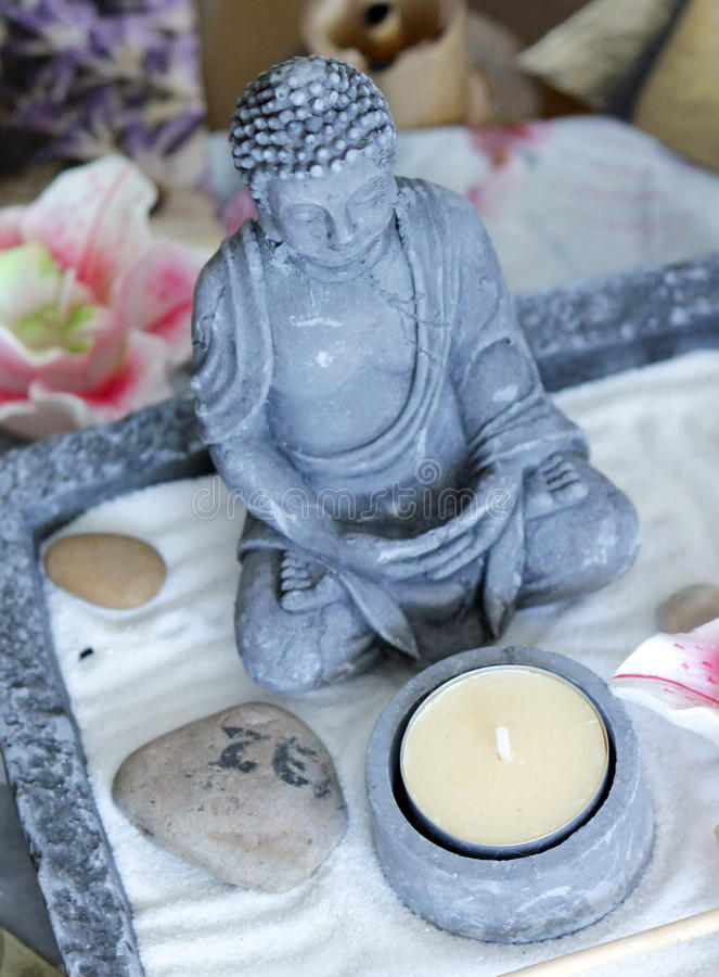Zen Buddha i stół zdjęcie royalty free