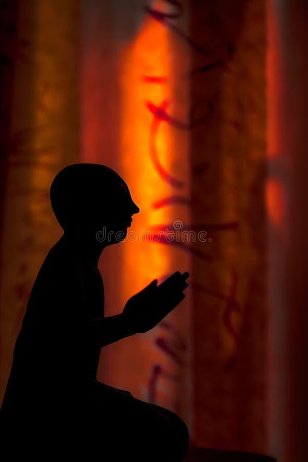 Zen Buddhism Andlig kontur av den thailändska statyn för buddistisk munk arkivfoton