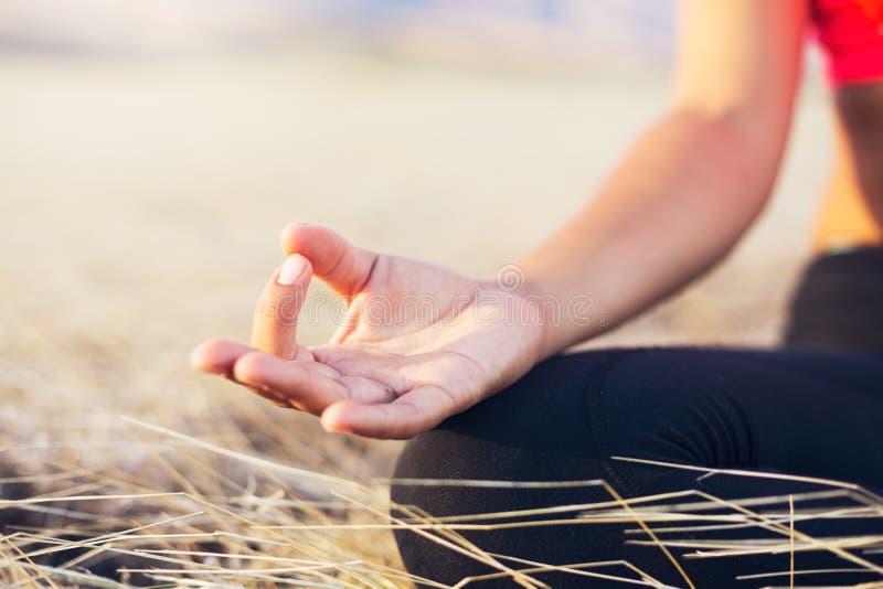 Zen de pratique de femme de yoga extérieur photographie stock
