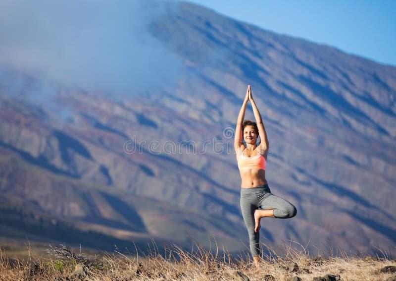 Zen de pratique de femme de yoga extérieur image libre de droits